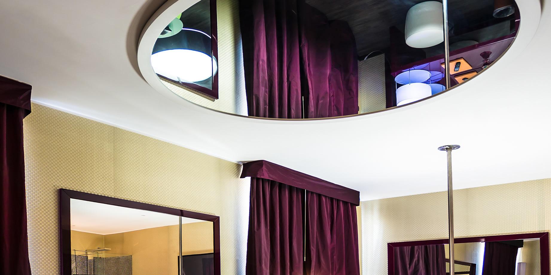 Camera Da Letto Con Specchio Sul Soffitto.Camera Degli Specchi